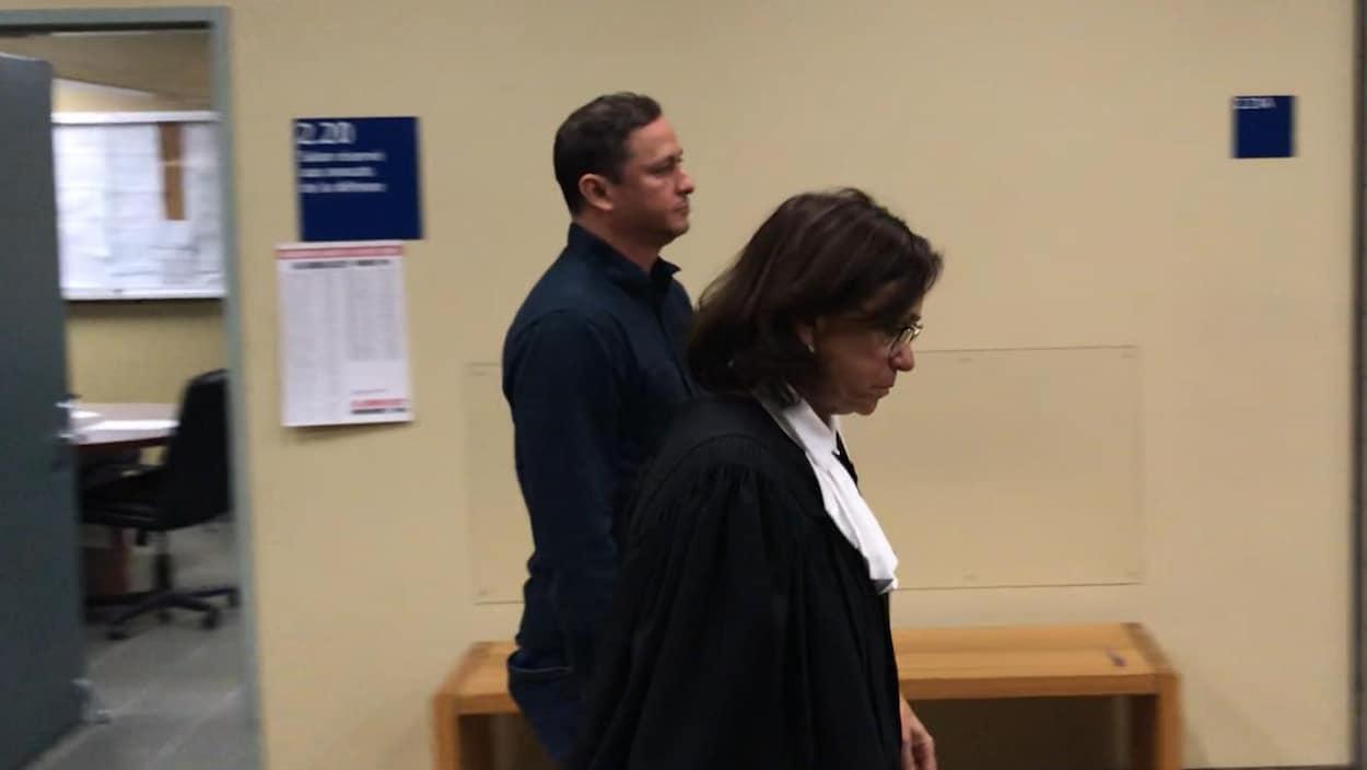 Nicolas Zakzuk Gaviria en compagnie de son avocate au palais de justice de Québec