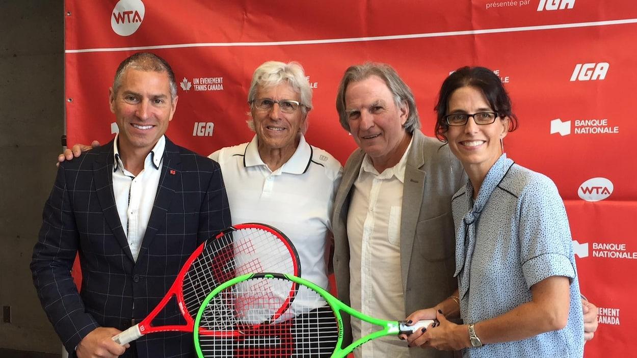Le directeur du tournoi Jacques Hérisset et Eugène Lapierre de Tennis Canada entourés de Maxime Dionne de la Banque Nationale et Anne-Hélène Lavoie de IGA