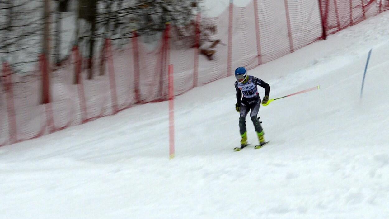 Un skieur dévale une pente.