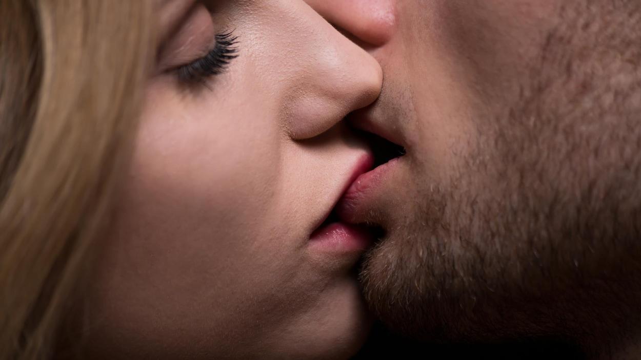 Un couple échange un baiser profond.