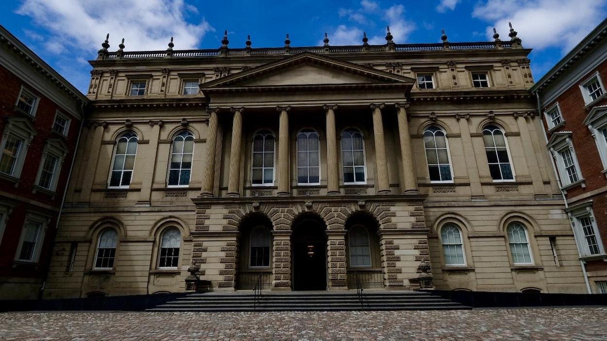 On voit la Cour d'appel de l'Ontario, le plus haut tribunal de la province où se tiennent les audiences sur le recours constitutionnel de l'Ontario.