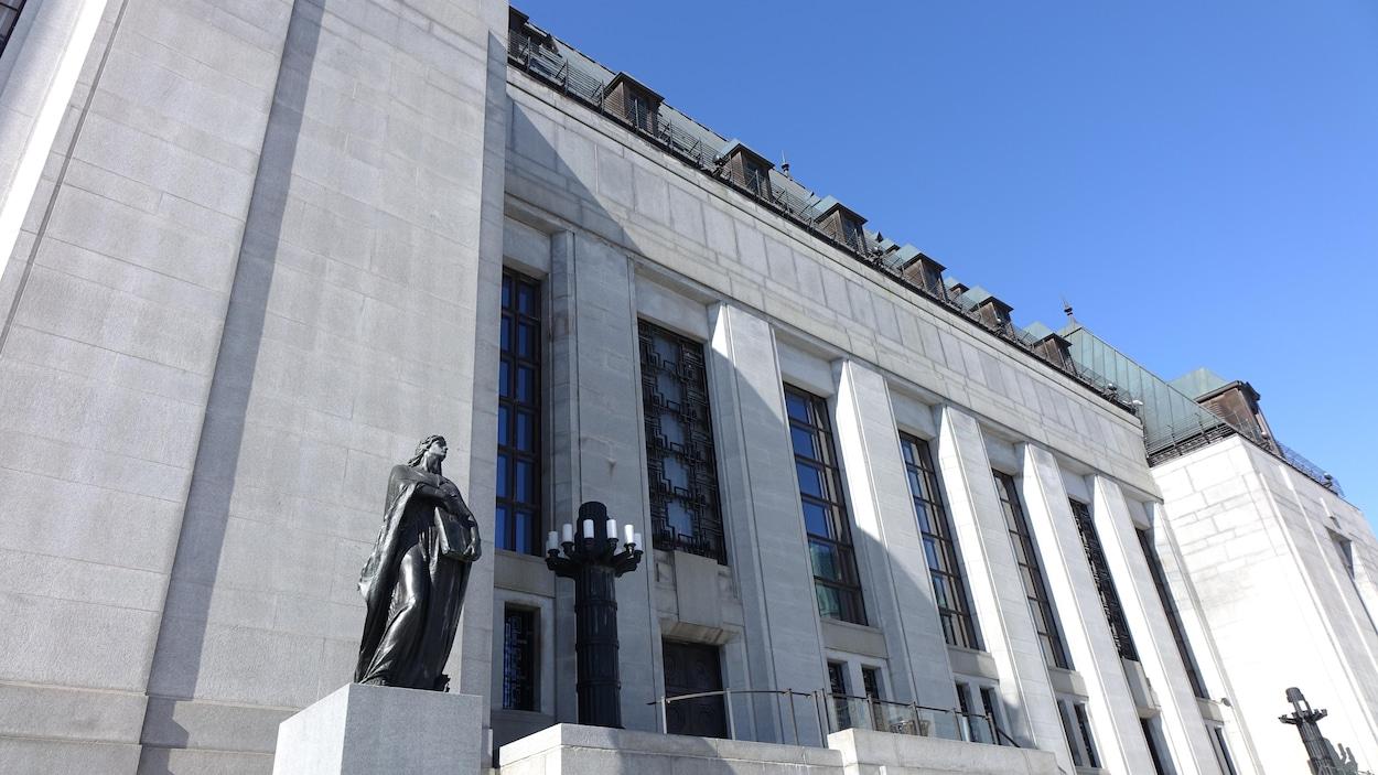 Prise de vue de la devanture du plus haut tribunal du pays.