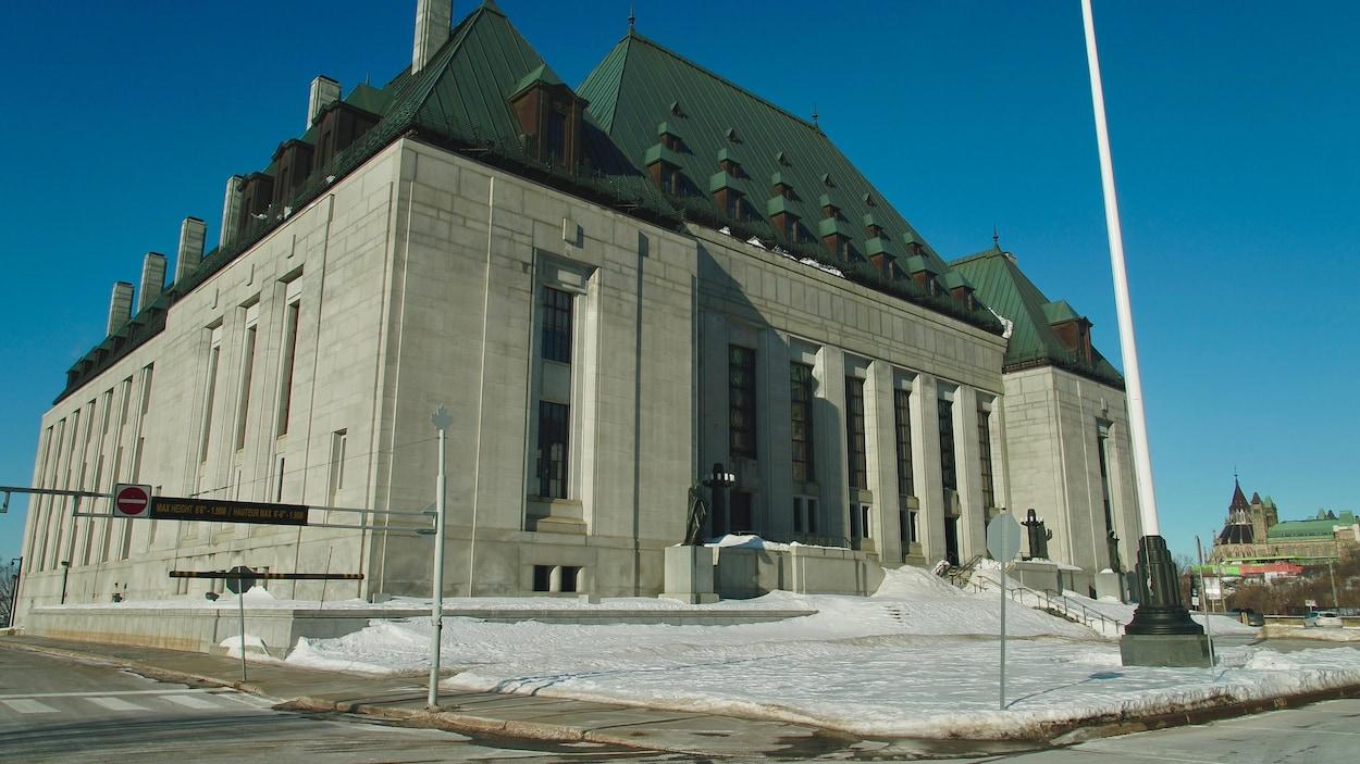 La façade de la Cour suprême du Canada en journée l'hiver.