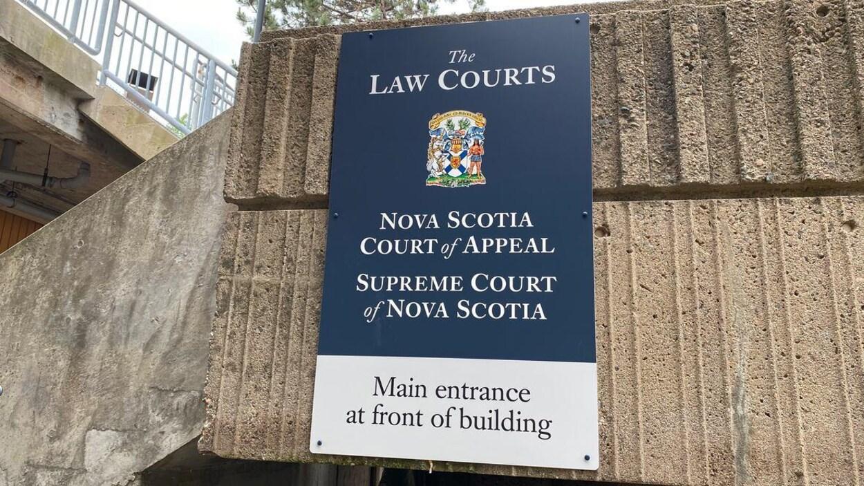 Une pancarte indiquant l'entrée principale de la Cour suprême de la Nouvelle-Écosse.