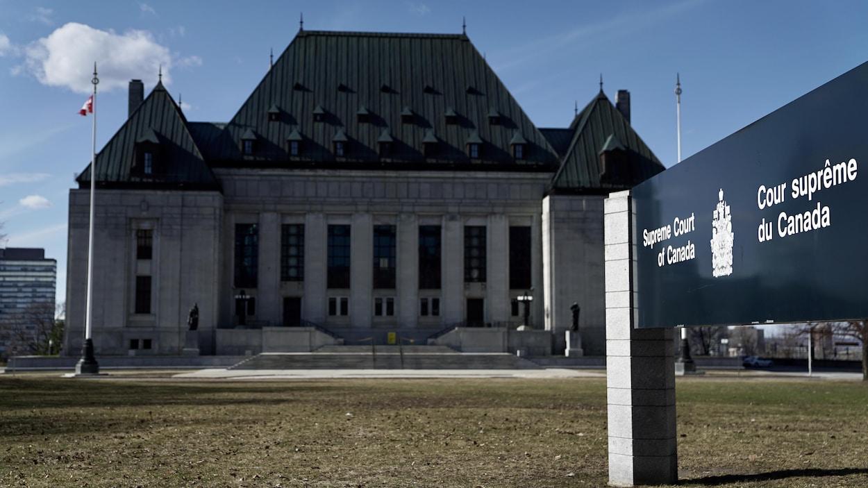 La Cour suprême du Canada en journée au printemps.