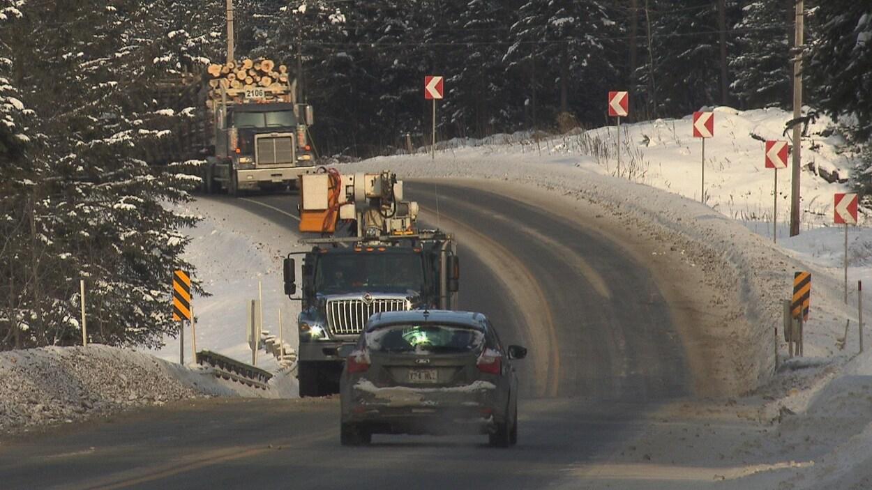 Camions et voiture circulant sur la voie