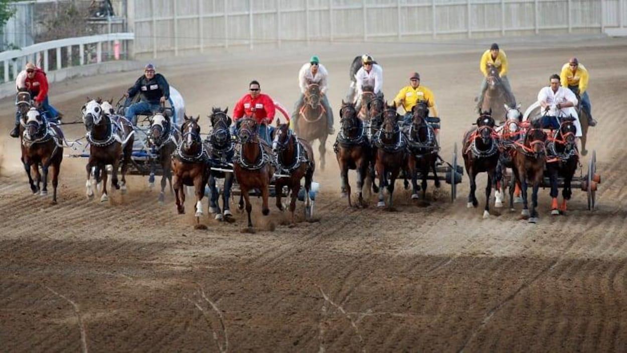 Les conducteurs de chevaux font la course au Stampede de Calgary.