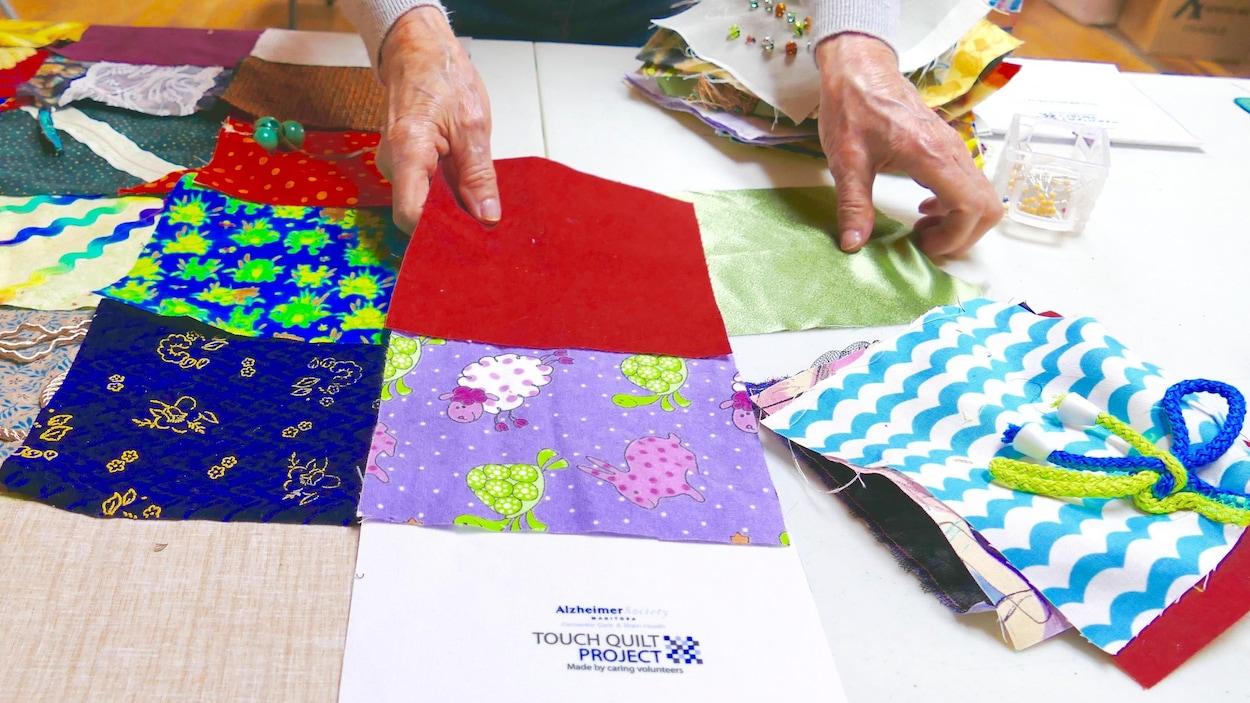 La Société Alzheimer du Manitoba souhaite donner une courtepointe tactile à chaque Manitobain qui habite dans une résidence de soins personnels.