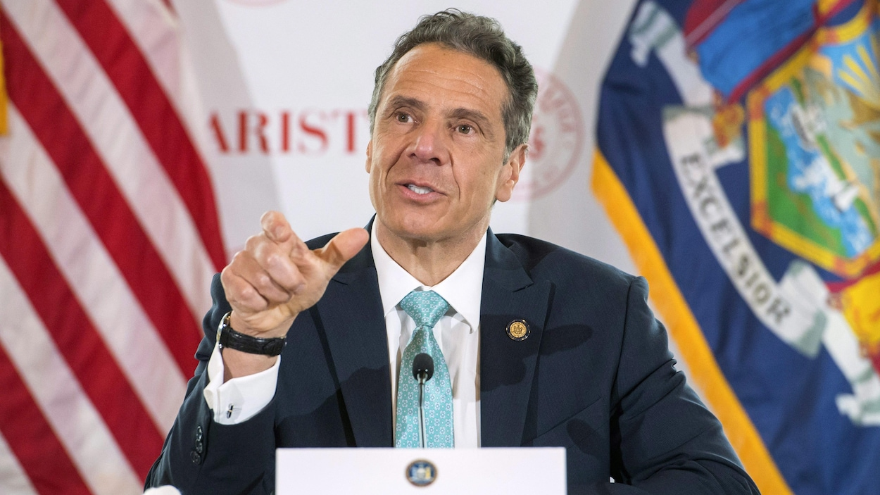 Andrew Cuomo assis à la table de presse