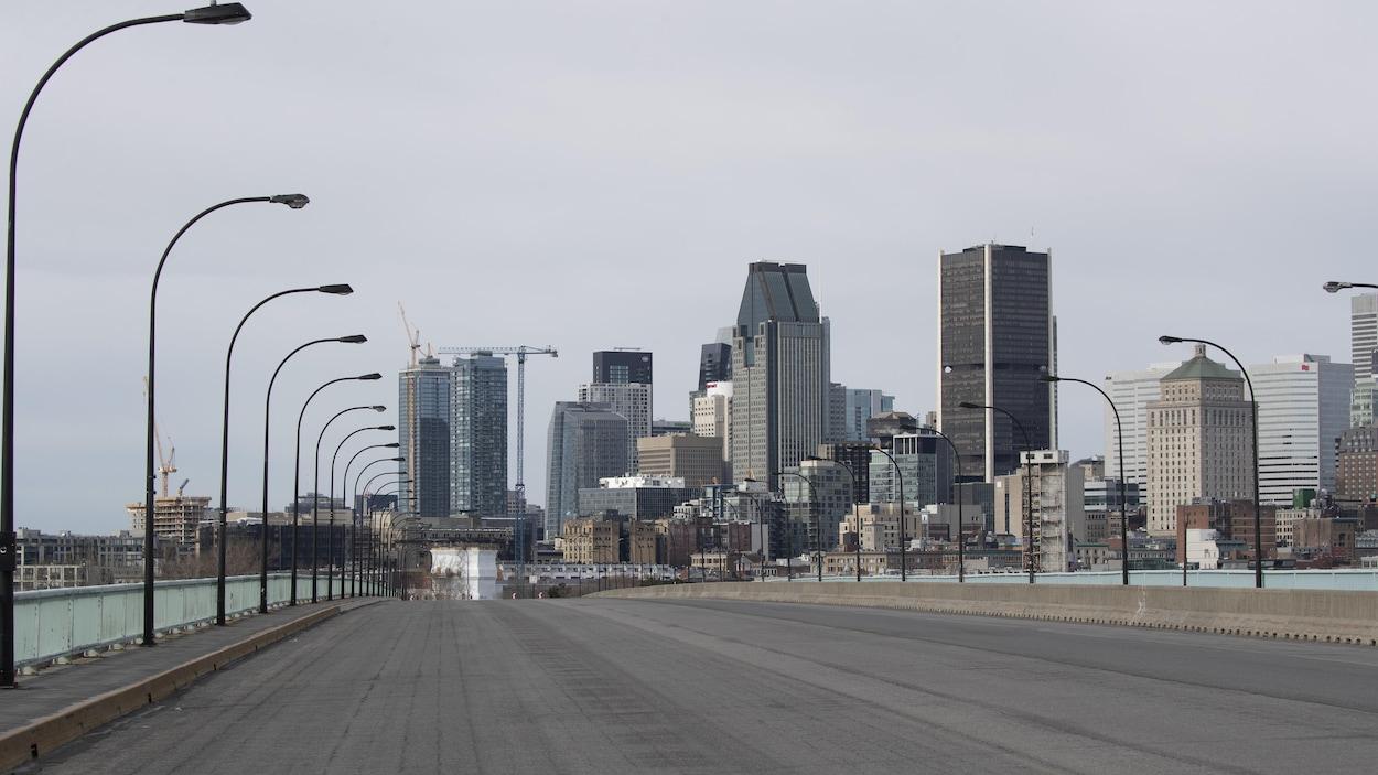 Vue du centre-ville de Montréal au printemps et d'un pont qui est désert.