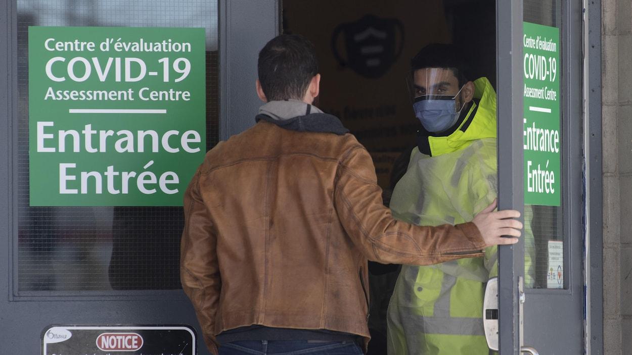 Un homme qui tente d'entrer dans un centre de dépistage.