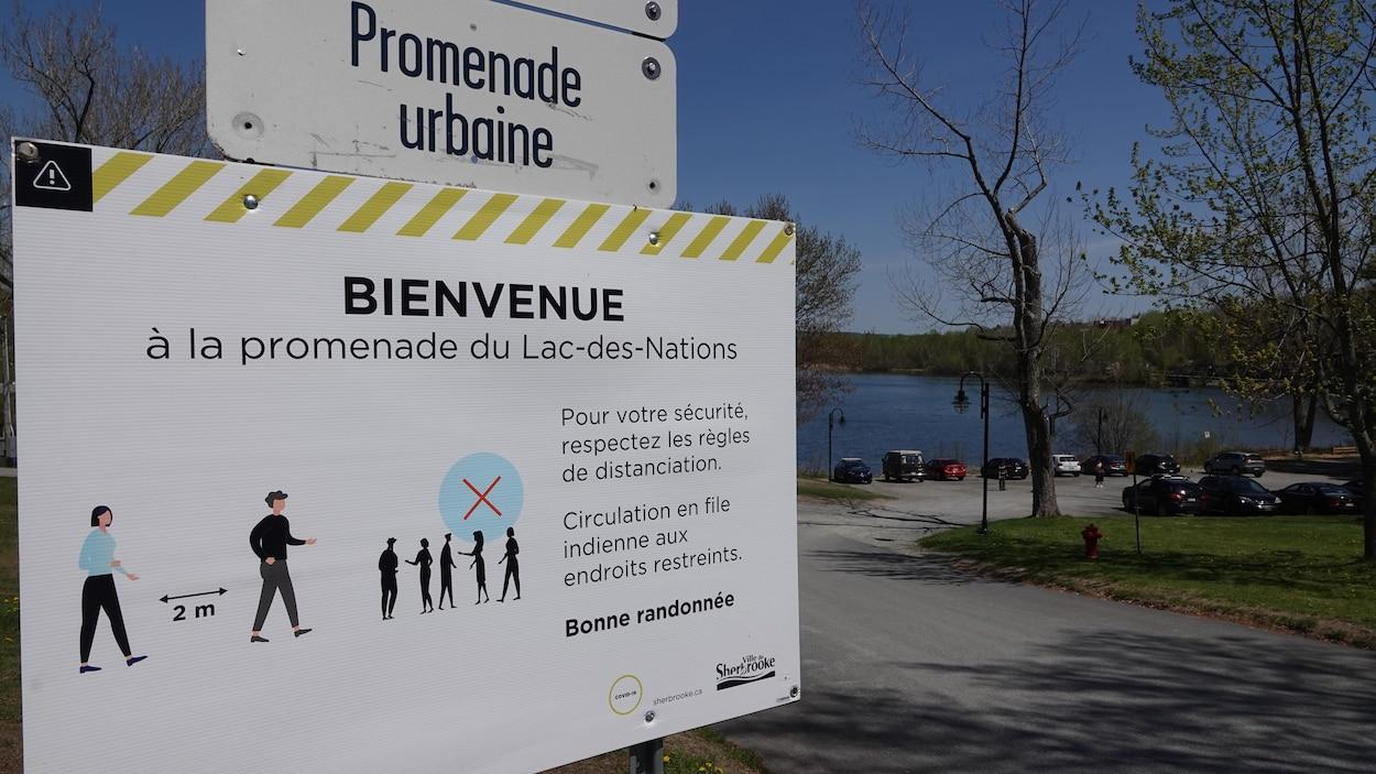 Pancarte où il est inscrit les mesures de distanciation physique au Lac-des-Nations