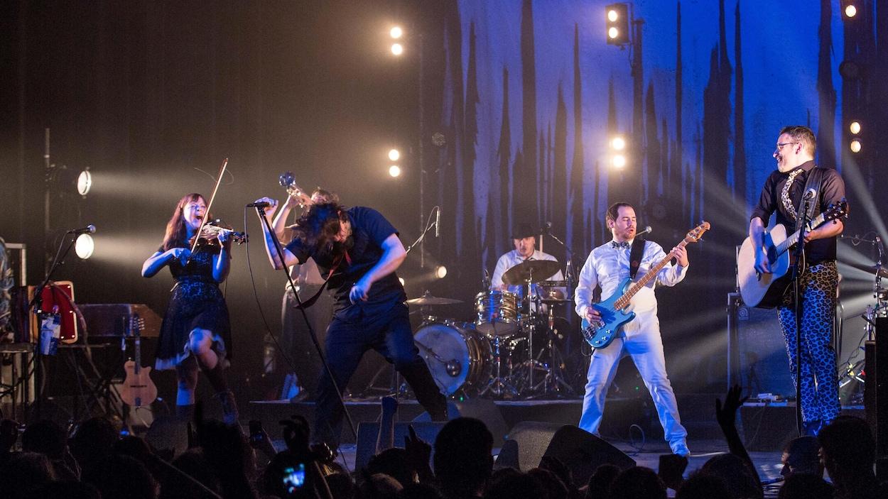 Un groupe de musique en spectacle.