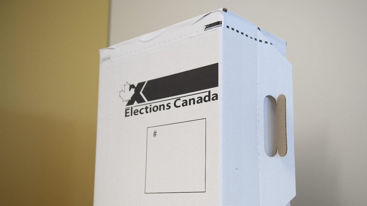 Une urne d'Élections Canada.