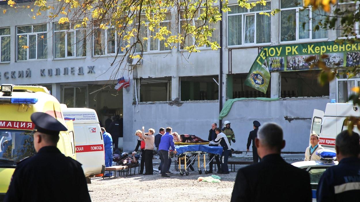 Des services d'urgence sur les lieux d'une attaque dans une école en Crimée.