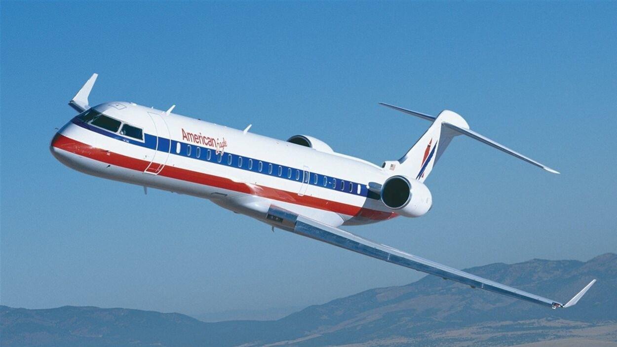 Un Bombardier CRJ-700 en plein vol.