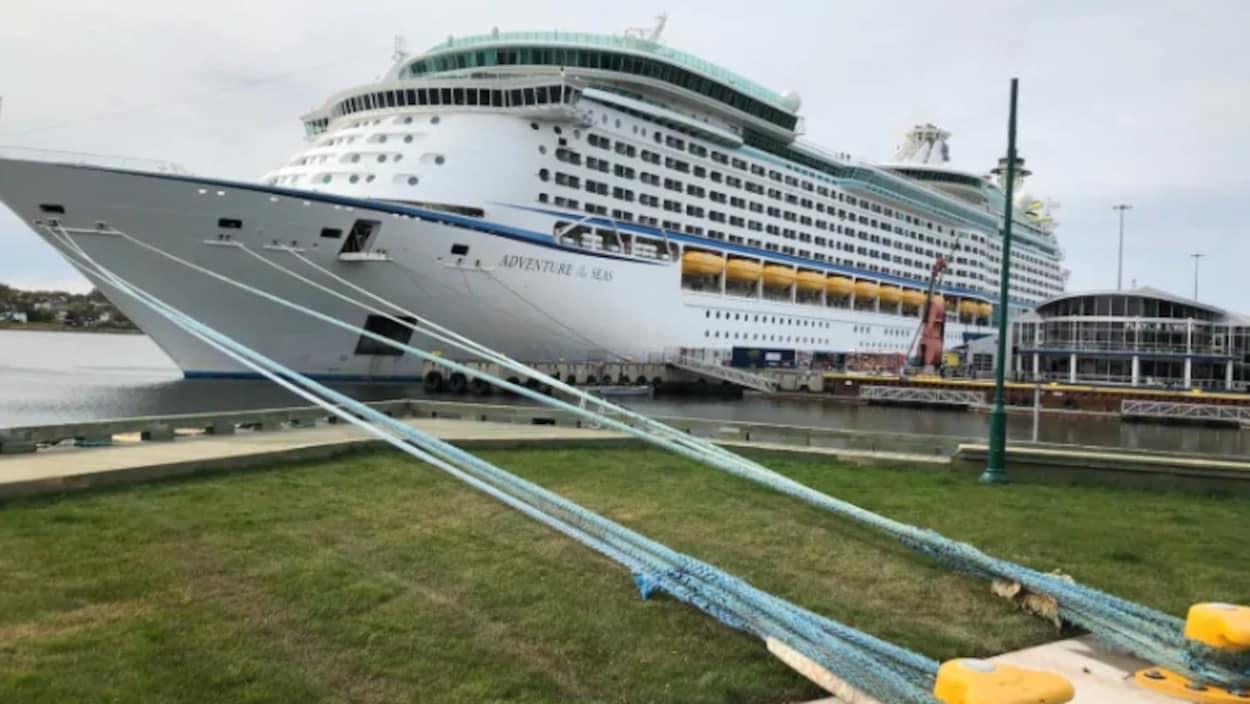 Un bateau de croisière amarré à un port.