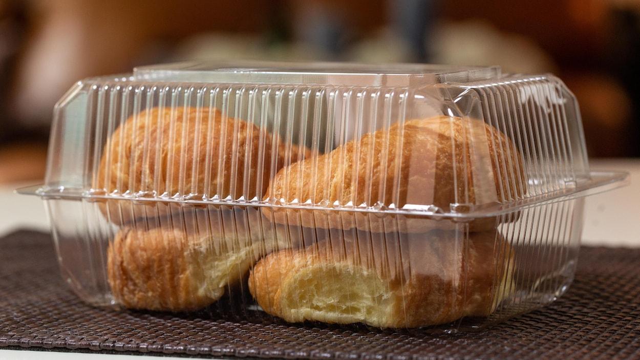 Des croissants  dans un emballage de plastique transparent.
