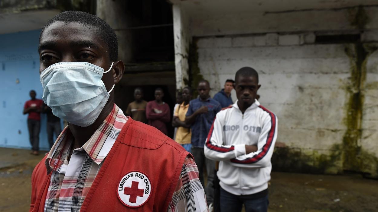 Des employés de la Croix Rouge au Liberia en 2014