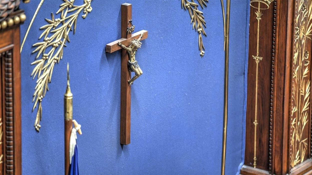 Un crucifix sur un mur.