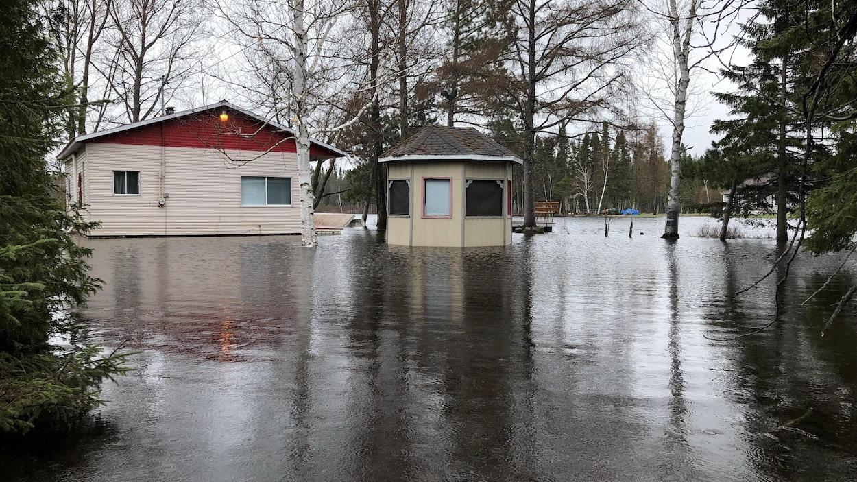 Une maison et un cabanon inondés.