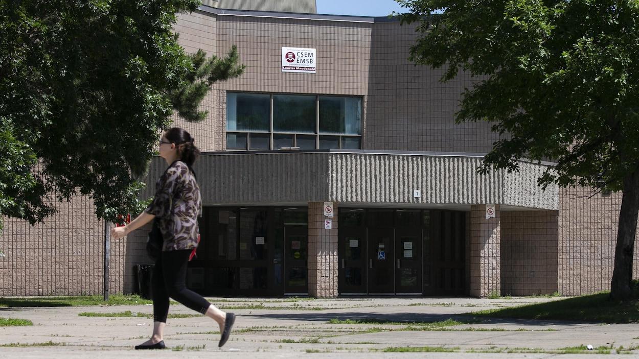 L'entrée d'une école de la Commission scolaire English Montreal.
