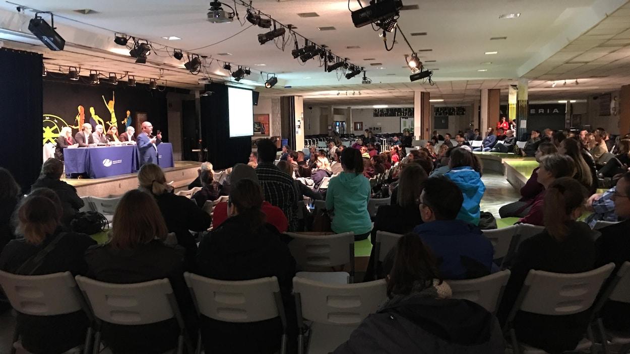 De nombreuses personnes dans une salle.