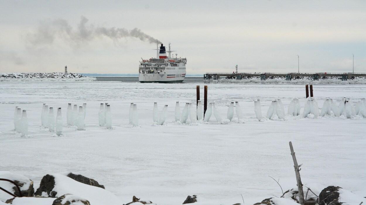 Le navire quitte le port.