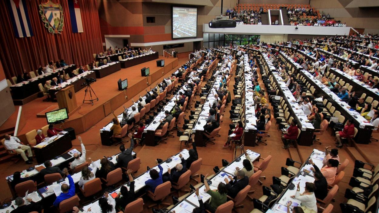 Des députés participent à une session de l'Assemblée nationale, à La Havane.