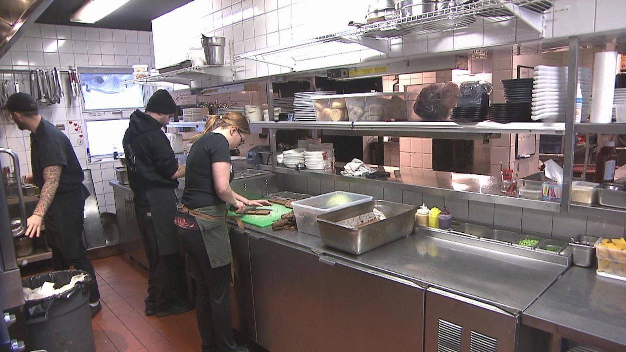 Des cuisiniers s'affairent dans la cuisine du Buck.