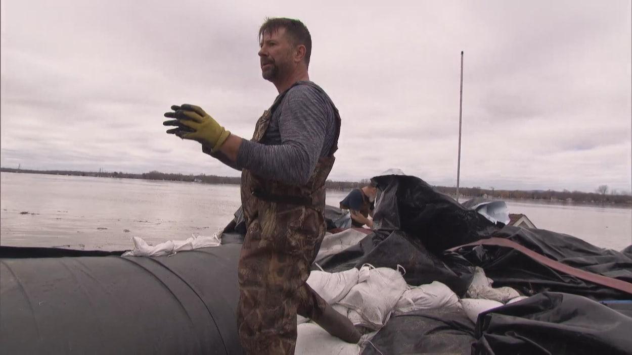 Un homme en plein travail devant la rivière des Outaouais