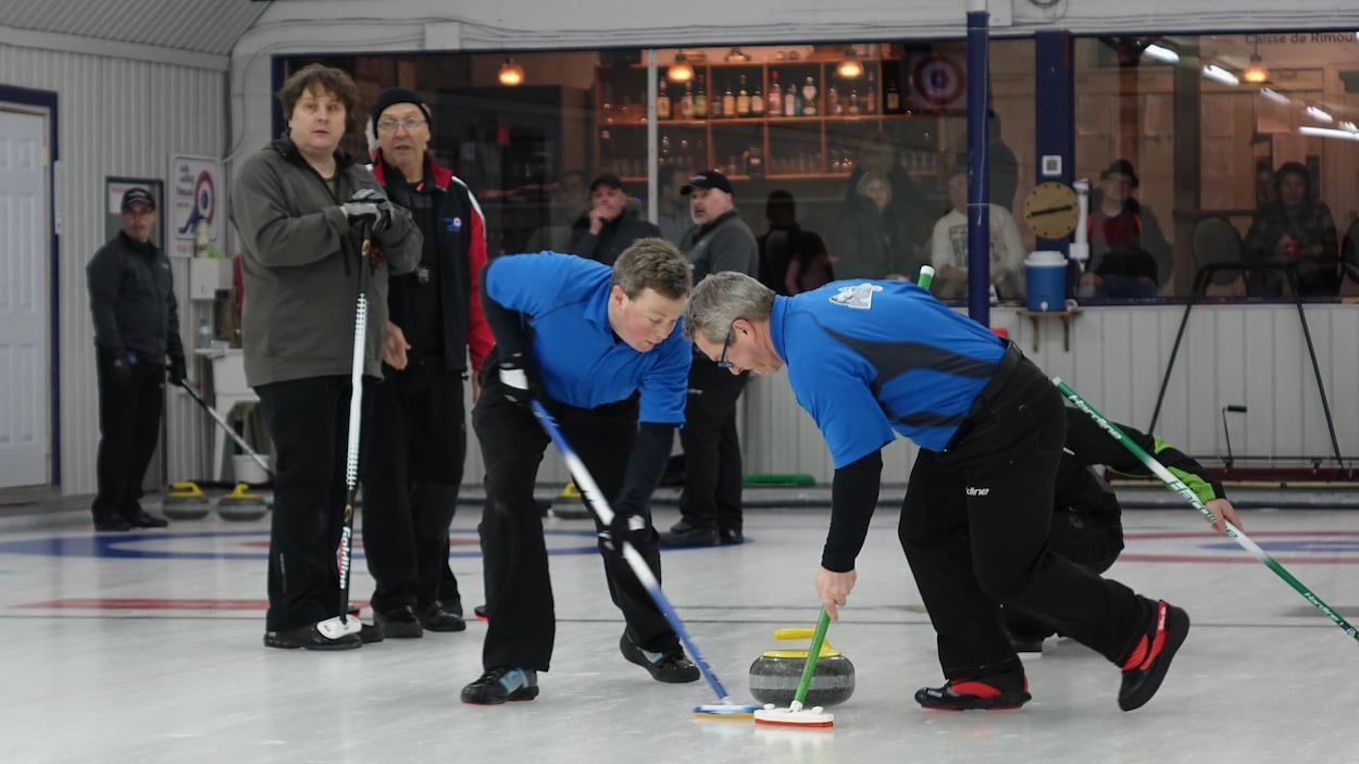 Match de curling sur la glace.
