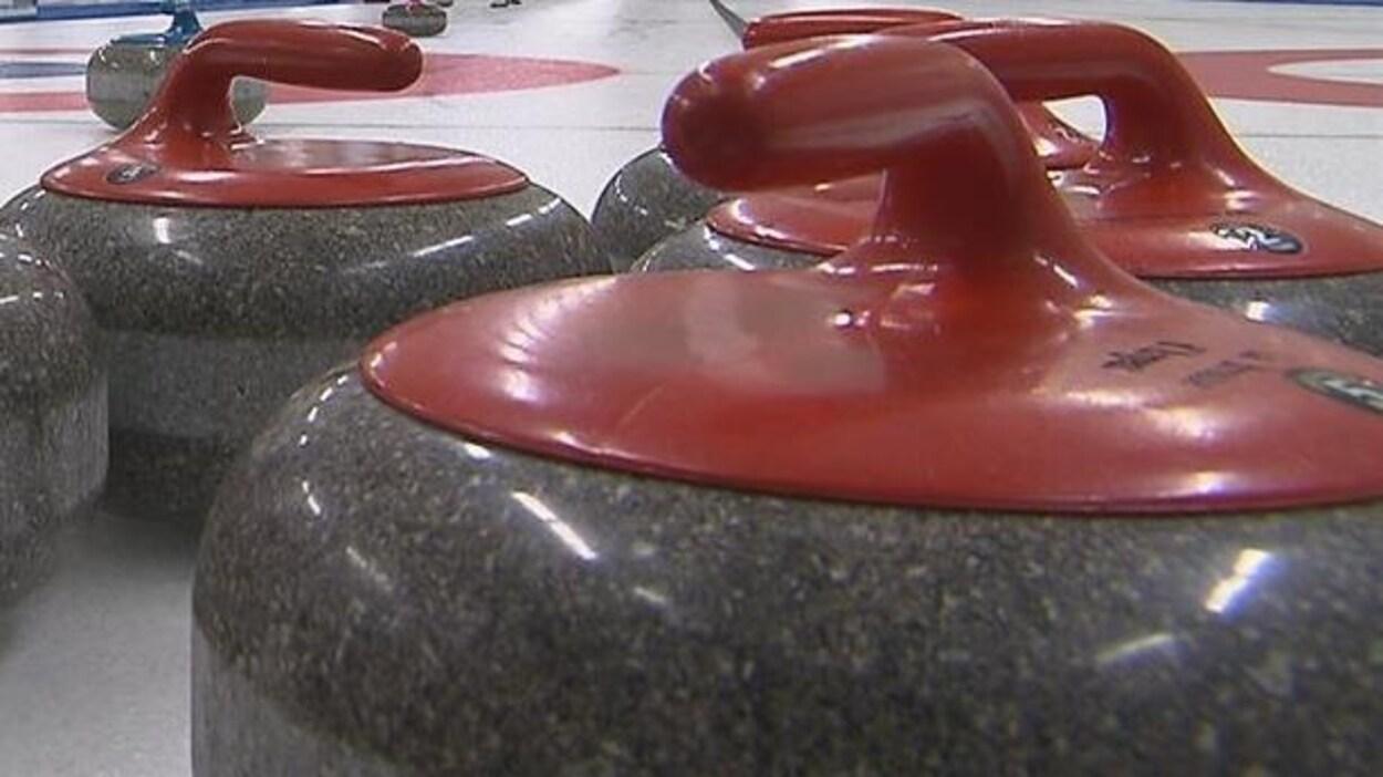 Pierres de curling sur la glace