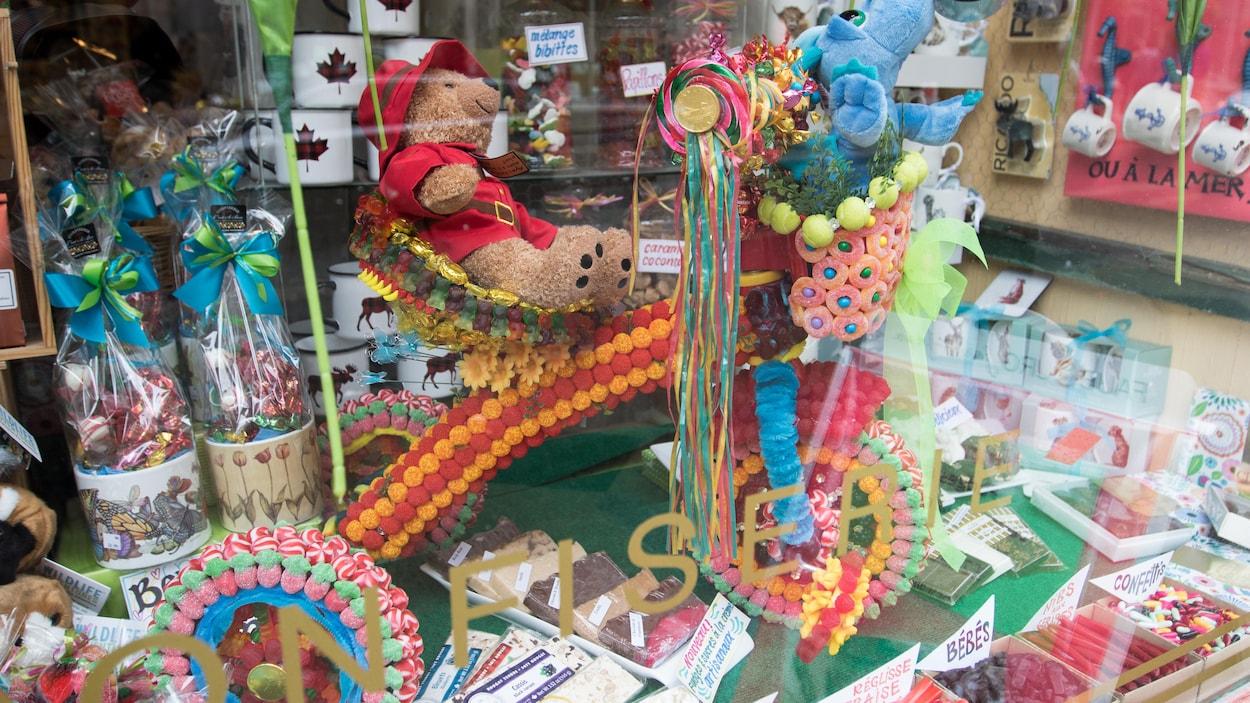 Le p'tit vélo de bonbons de la confiserie C'est si bon, rue Saint-Jean, à Québec.