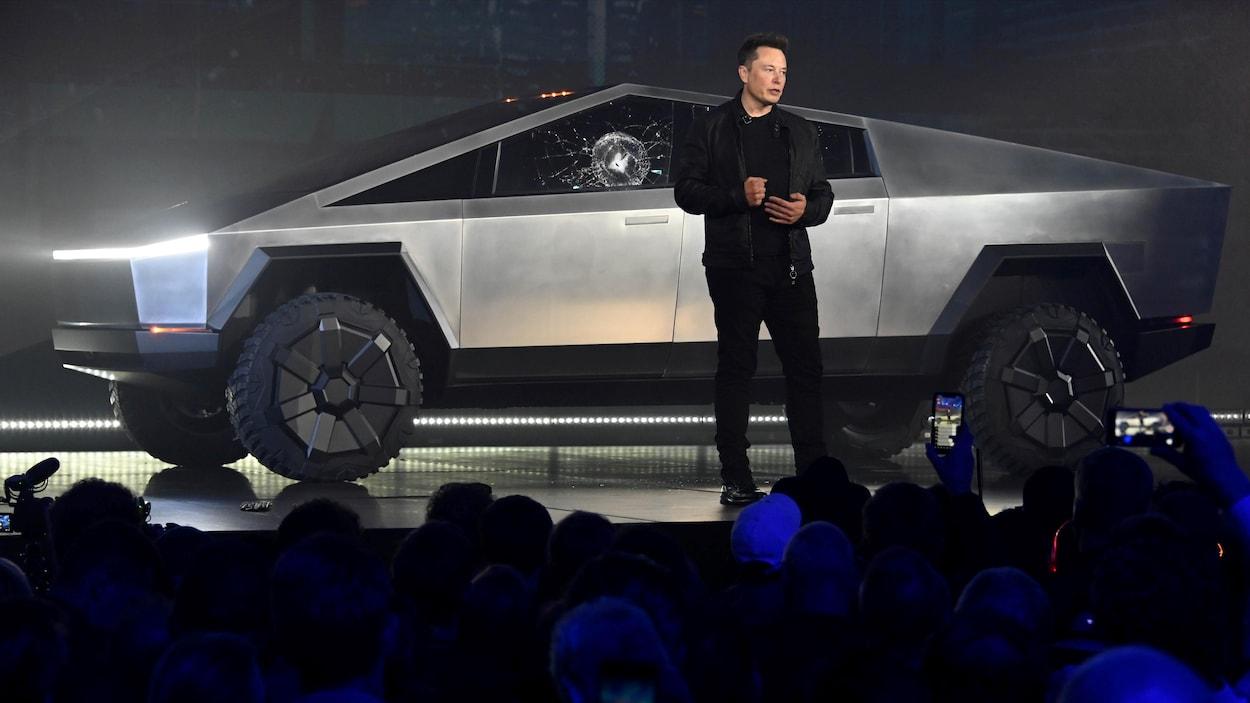 Elon Musk dévoile la camionnette Cybertruck sur scène.