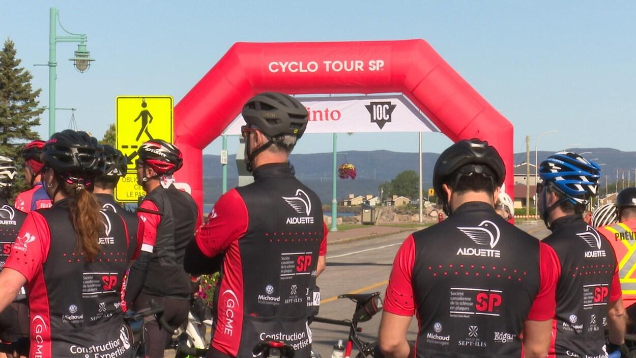 Des cyclistes à la ligne de départ sur la rue Arnaud à Sept-Îles