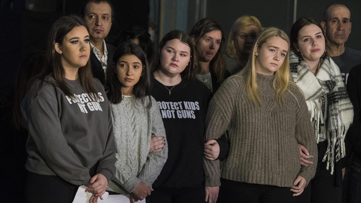 De jeunes filles qui se tiennent par le bras.