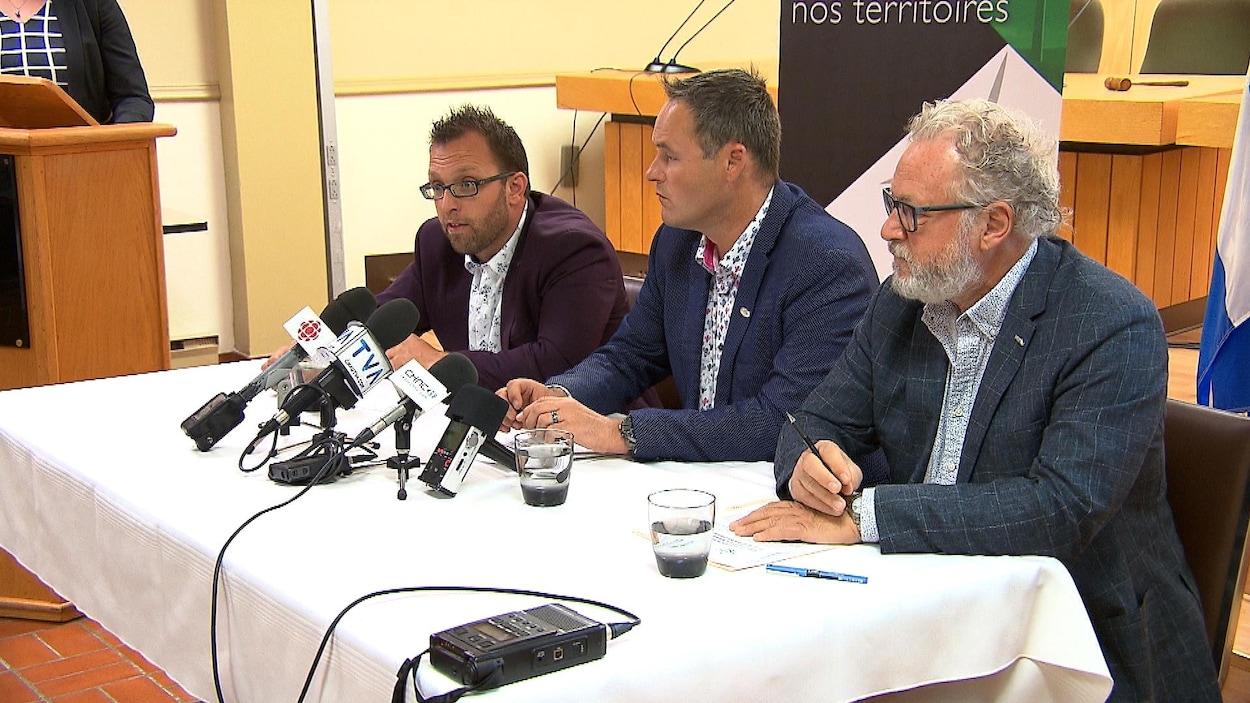 Le maire de Gaspé, Daniel Côté, le maire de Sainte-Anne-des-Monts, Simon Deschênes et le directeur général de la Régie intermunicipale de l'énergie Gaspésie-Îles-de-la-Madeleine, Gilbert Scantland.