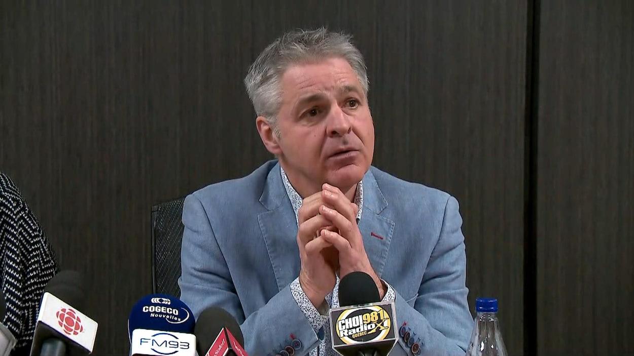 Daniel Gélinas écoute la question d'un journaliste lors d'une conférence de presse portant sur le déroulement du premier défilé nouveau genre du Carnaval de Québec.