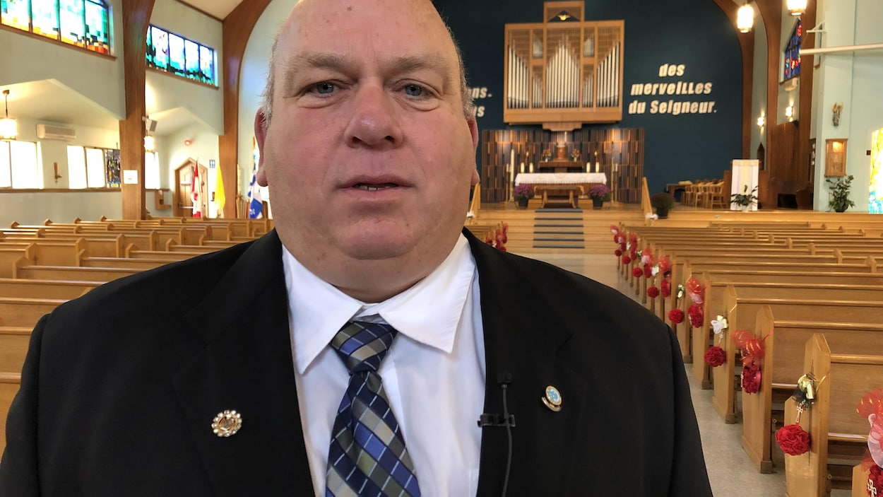 Un homme pose dans l'église.