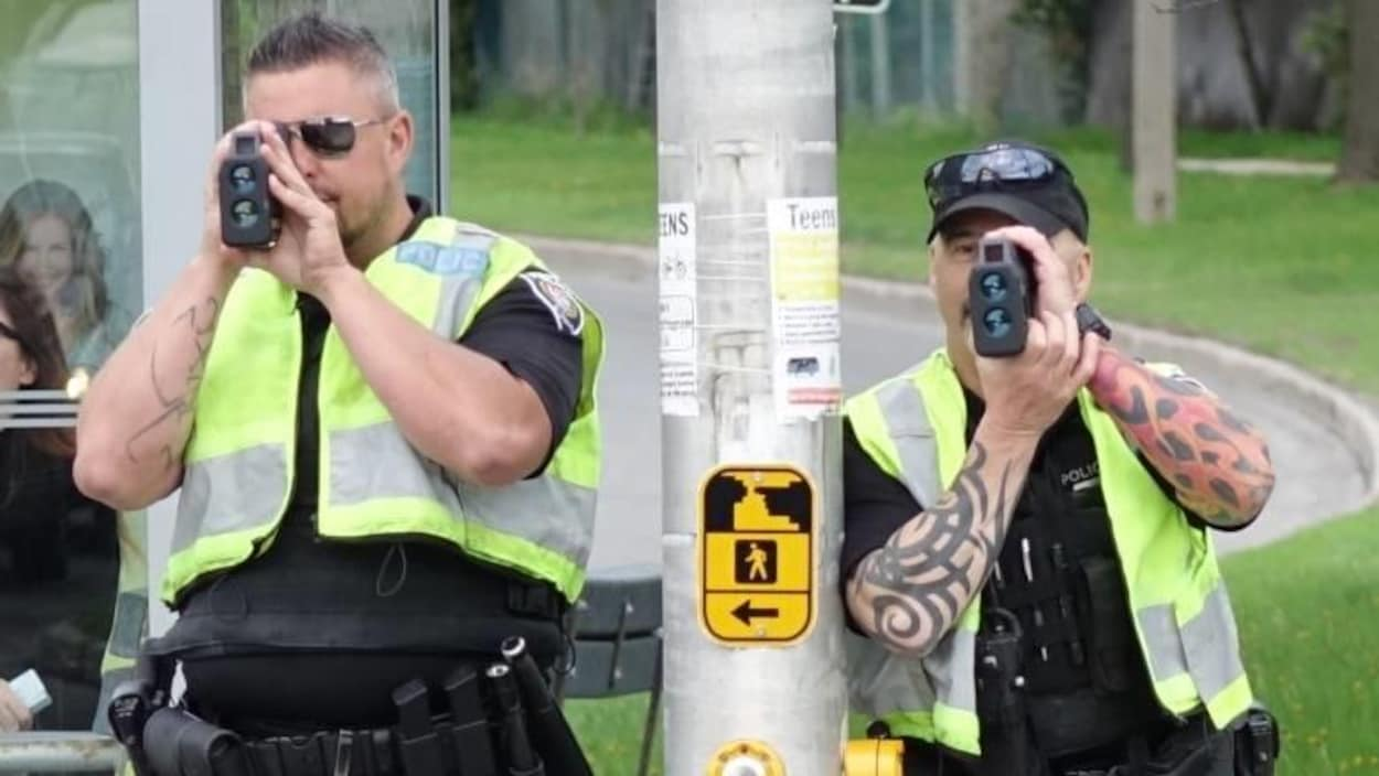 Deux policiers avec des radars.