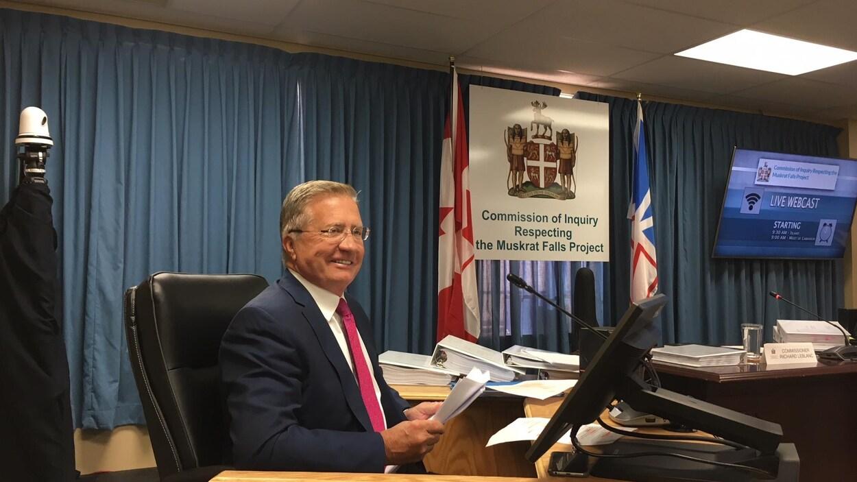 Photo de Danny Williams. Il est assis à un bureau dans la salle d'audience de la commission d'enquête.