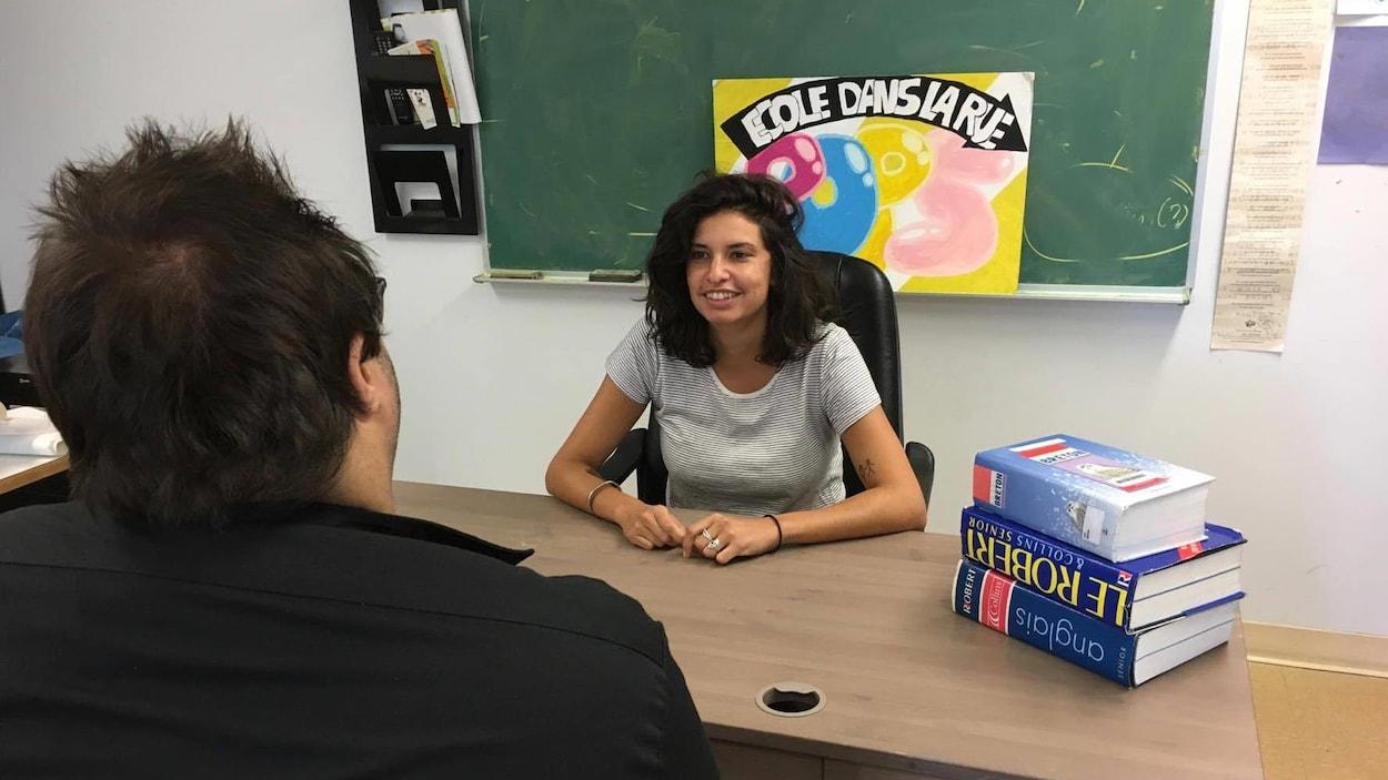 L'intervenante scolaire Nina Micaleff discute avec un jeune qui fréquente l'école de la rue Emmett Johns.