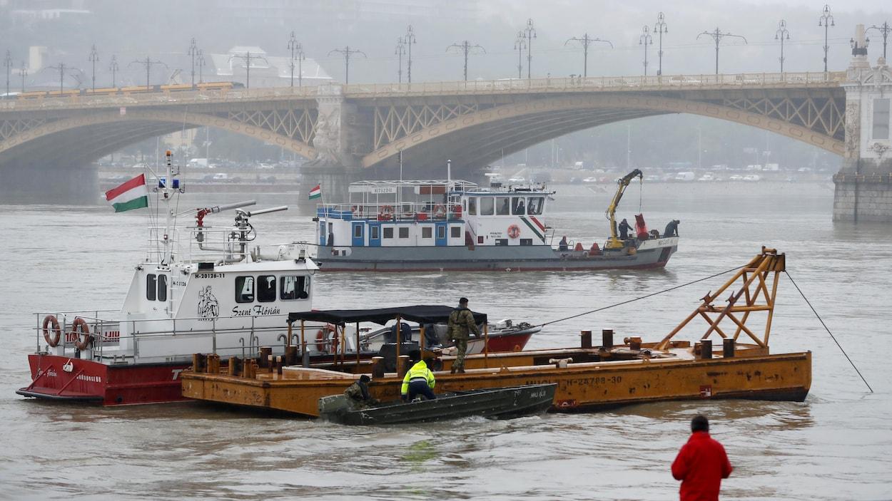 Une personne surveille des bateaux de sauvetage après un accident de bateau qui a tué plusieurs personnes sur le Danube à Budapest, en Hongrie, le 30 mai 2019.
