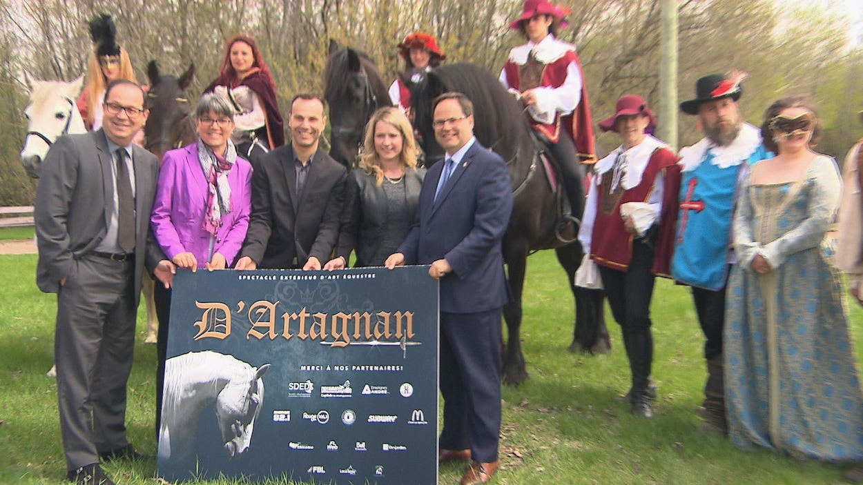 Toute la galerie était présente pour l'annonce du spectacle équestre qui sera présenté cet été à l'Amphithéâtre Saint-François de Drummondville, incluant le maire Alexandre Cusson et des comédiens du spectacle.