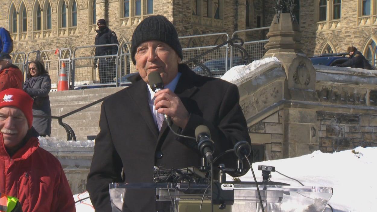 Le sénateur David Tkachuk parle au micro sur la colline parlementaire à Ottawa