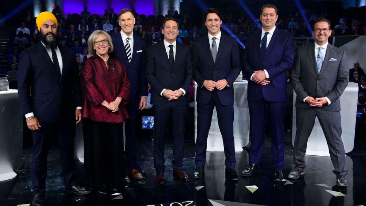 L'animateur Patrice Roy entouré des chefs de partis Jagmeet Singh, Elizabeth May, Maxime Bernier, Justin Trudeau, Andrew Scheer et Yves-François Blanchet, lors du débat en français, jeudi.