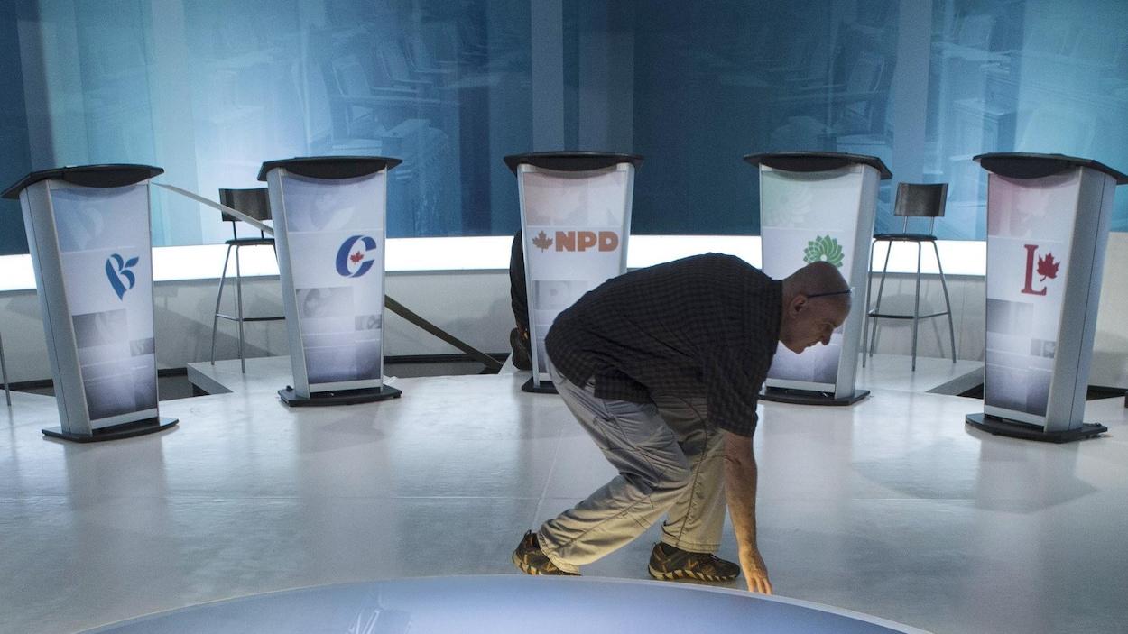 Un technicien veille aux derniers préparatifs avant le débat des chefs en langue française, le mercredi 23 septembre 2015 à Montréal.