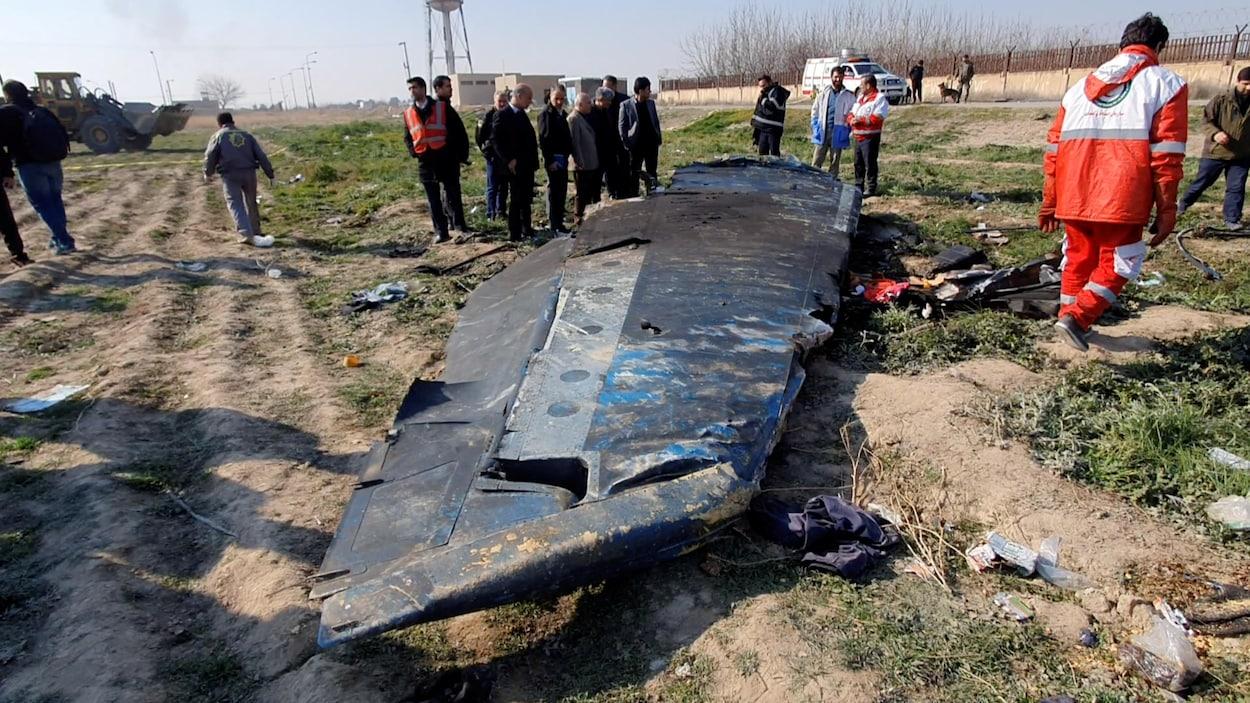 Une partie du fuselage de l'avion au sol.