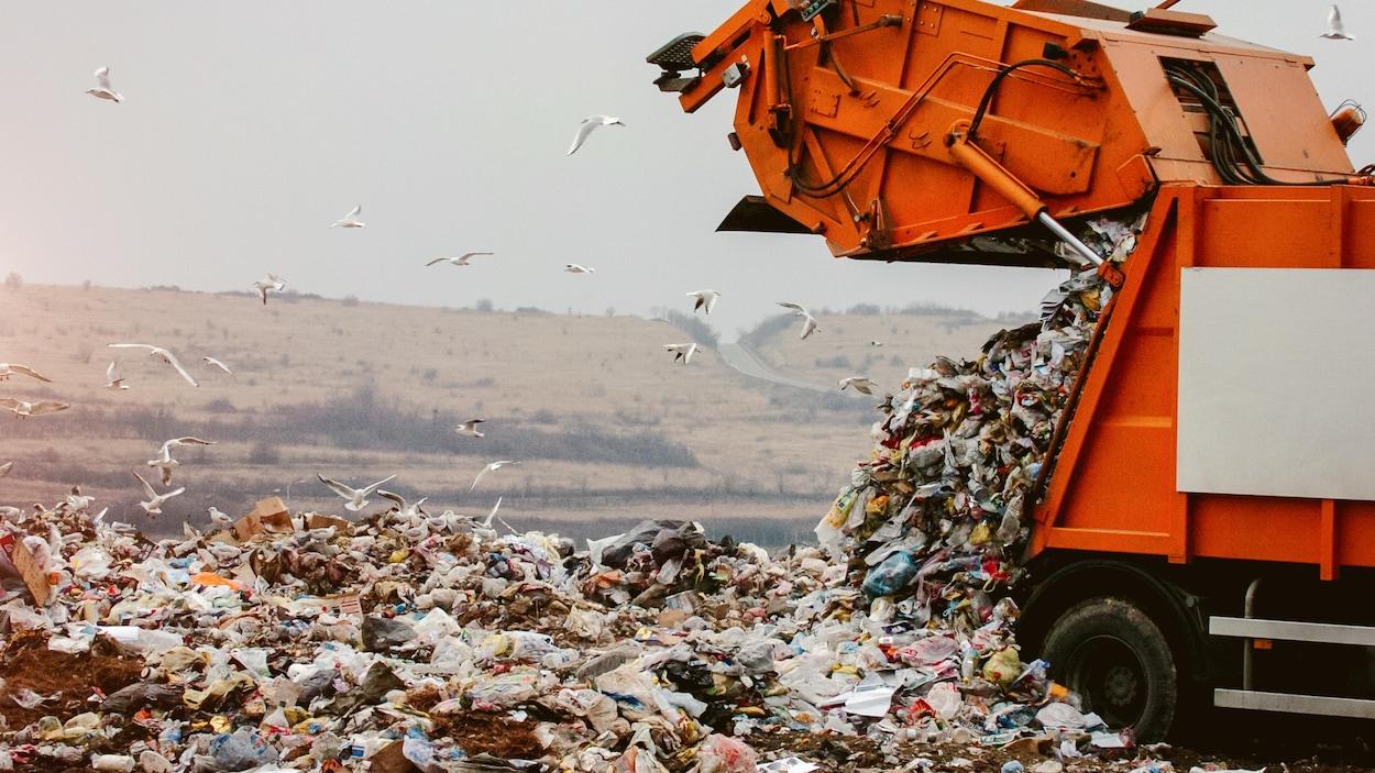 Une grosse pile de déchets dans une décharge.